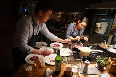 Legenda: Casal prepara jantar para receber convidados na própria casa