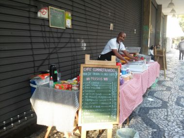 Seu Neves deixou a área de tecnologia para investir no café e hoje também ajuda quem precisa / Foto: Hemylle Fernanda