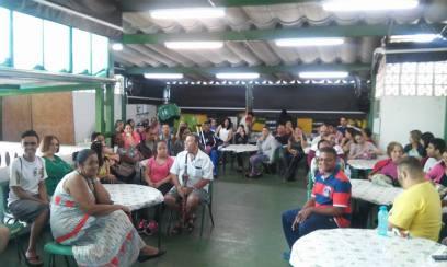 Alunos, família e comunidade reunidos em manhã de palestra do Café Terapêutico / Foto: Arquivo pessoal.