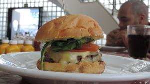 O Tamanho e aparência chamam a atenção do hambúrguer Riviera.