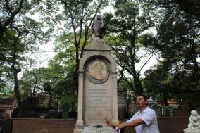 Guia turístico mostra túmulo de intelectual no cemitério da consolação / Foto: Bruna Borges