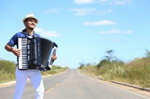 Sandrinho tocando sanfona no interior do Piauí, onde nasceu e se criou / Foto: Arquivo pessoal